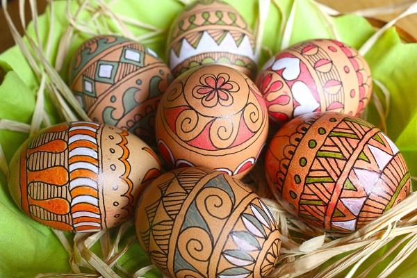 Velikonoční vajíčka zdobená fixami.