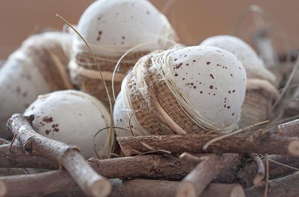Velikonoční vajíčka v přírodním stylu - provázek, pytlovina, sisal.