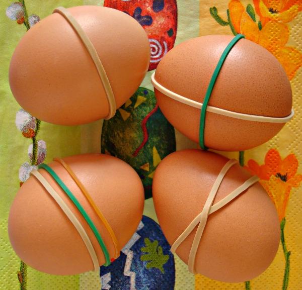 Zdobení velikonočních vajíček pomocí gumiček, pod kterými se vejce neobarví.