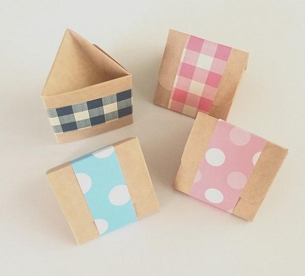 Mini papírová krabička z neběleného papíru z washi páskou.