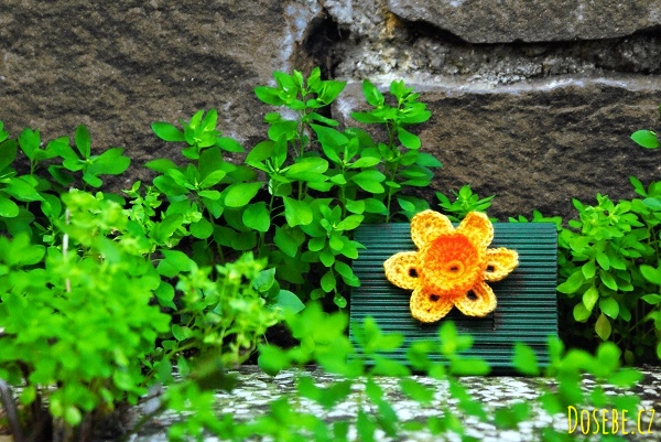 Ručně vyrobená krabička typu psaníčko ozdobená háčkovanou květinou.