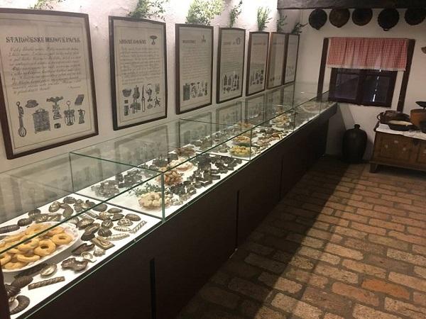 Expozice starodávných vykrajovátek a dalších pomůcek na výrobu cukroví.